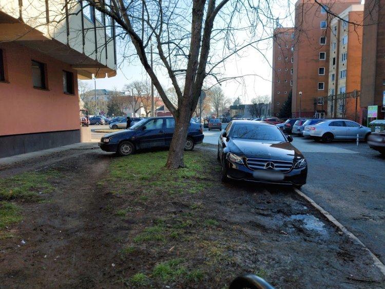Szabálytalanul parkoló járművek gátolják az árufeltöltést a Szent István utca végén