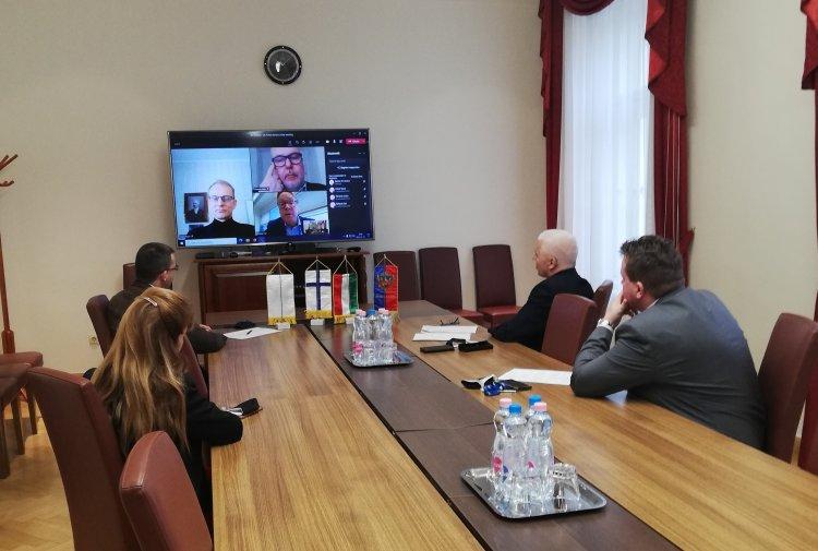 Online testvérvárosi egyeztetés Kajaani polgármesterével