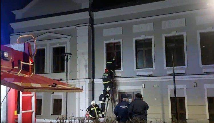 Lángok csaptak fel a Színház utcában – A tűzoltók az ablakon keresztül jutottak be