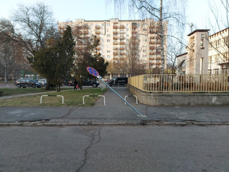 Megállni tilos táblát törtek az Ungvár sétányon – A NYÍRVV szakemberei helyreállították