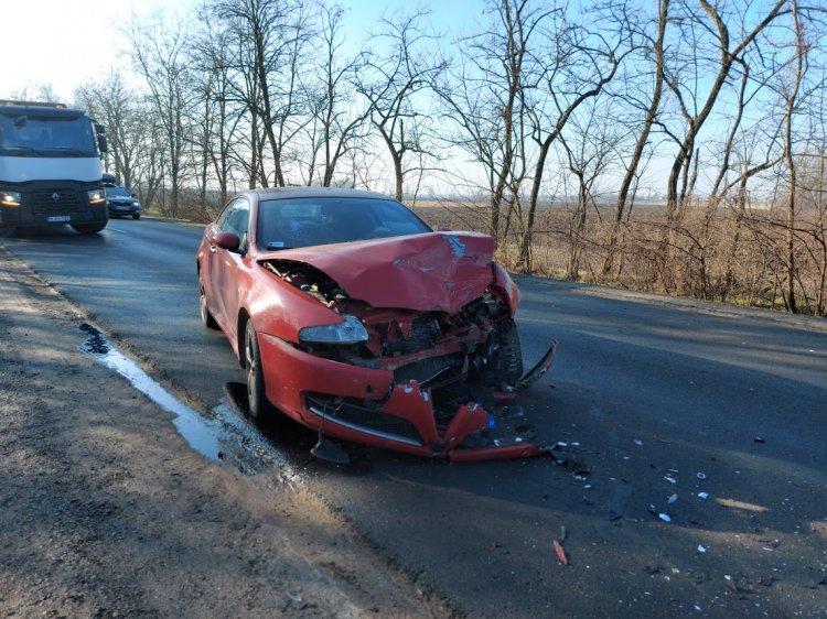 Elvesztette uralmát a jármű fölött egy autó vezetője a kanyarban és balesetezett