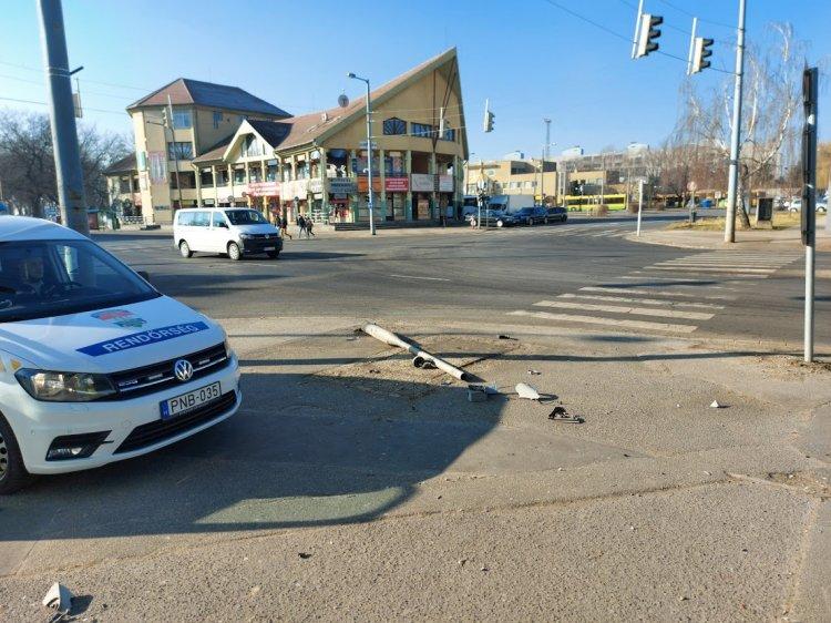 Útpadkára rohant egy autó és kiütött egy oszlopot a Vasgyár utcánál