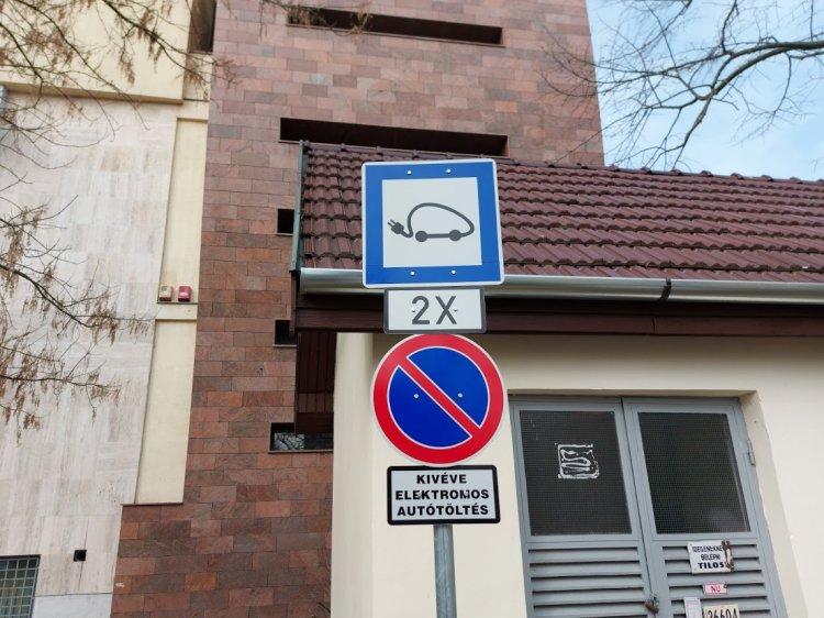 Büntetéssel jár, ha nem elektromos járművével elektromosautó-töltők helyén parkol