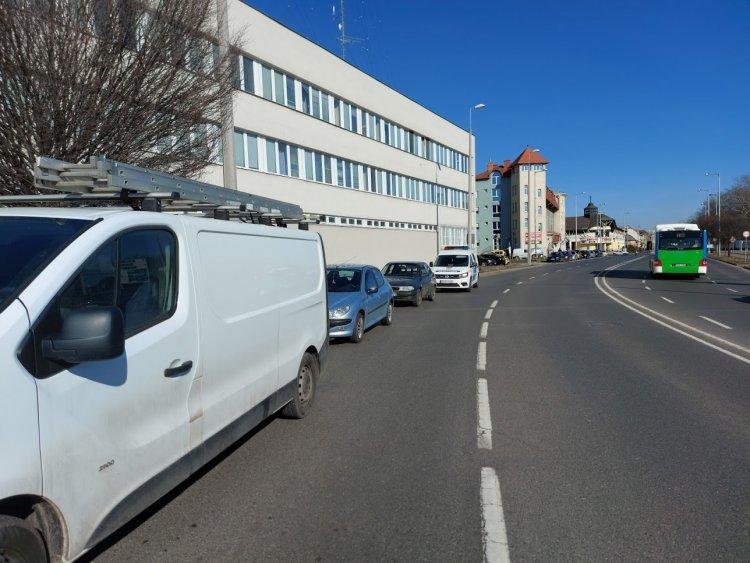 A Bujtos utcánál ütközött egy személyautó és egy kisteherautó