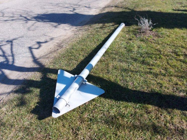 Kitörtek egy KRESZ-táblát az Ipari utcán, egy kereszteződésben