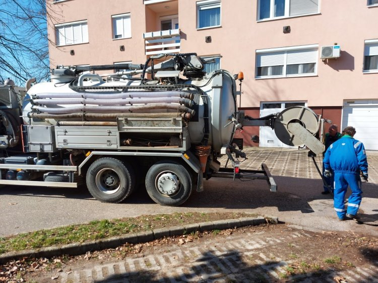 Forgalomkorlátozás a Váci Mihály utcán: duguláselhárítási munkálatokat végez a Nyírségvíz