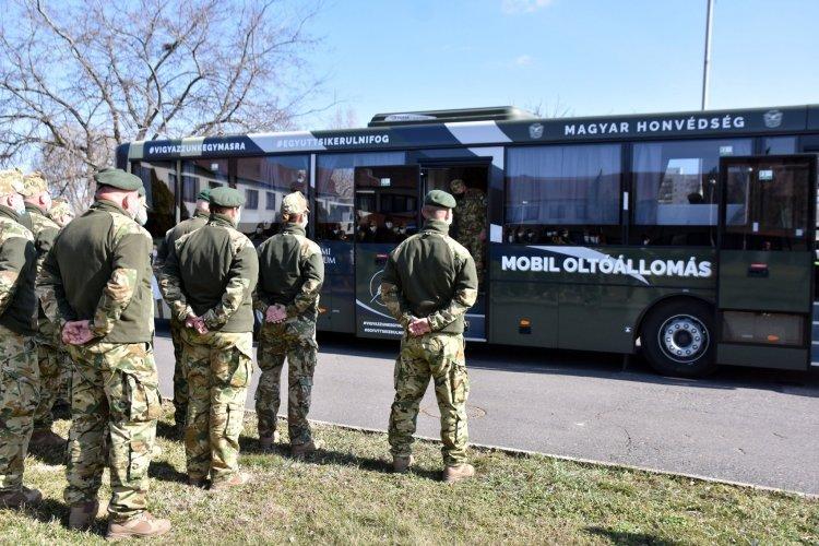 Oltóbuszokkal is részt vesz a honvédség a védekezésben