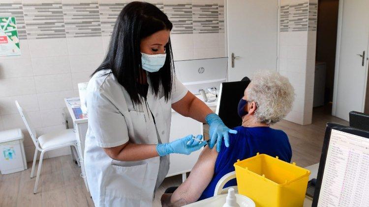 Nagyobb a fertőzésen átesettek védettsége? – Öt tévhit a vakcinákról