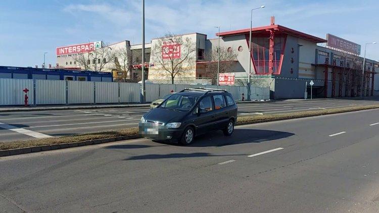 Két jármű ütközött a László utcán, a térfigyelő  kamera felvételeire is szükség volt