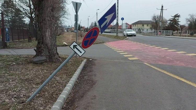 Táblákat törtek ki ismeretlen járművek a Tünde utca szervizútjánál