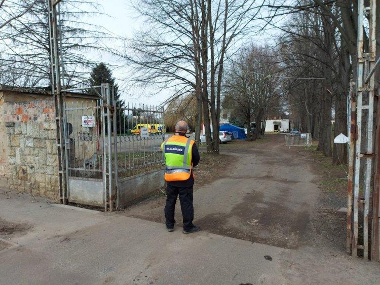 Polgárőrök segítik a be- és kihajtást a Czuczor Gergely utcai mintavételi ponton
