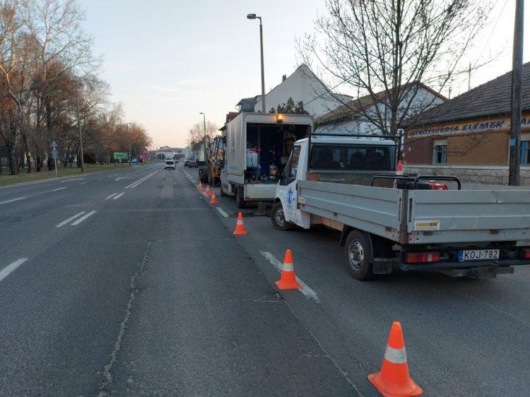 Helyreállítottak egy eltört ivóvízcsövet a Nyírségvíz szakemberei a Hunyadi utcán