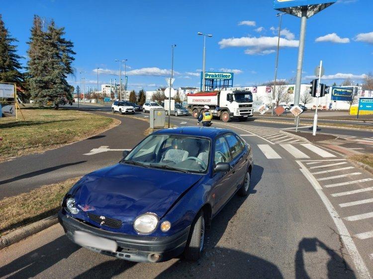 Anyagi kárral járó baleset történt az Orosi úton, a Törzs utcánál