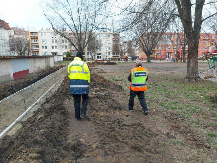Polgárőrök védik a szalaggal elkerített építési terület a Malomkertben