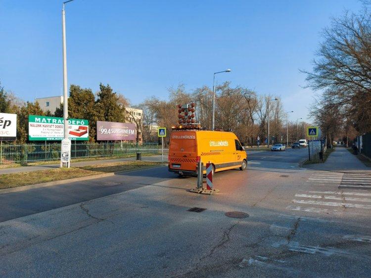 Teherautó aljára ragadt közműfedlap miatt végeztek helyreállítási munkákat a Sóstói úton