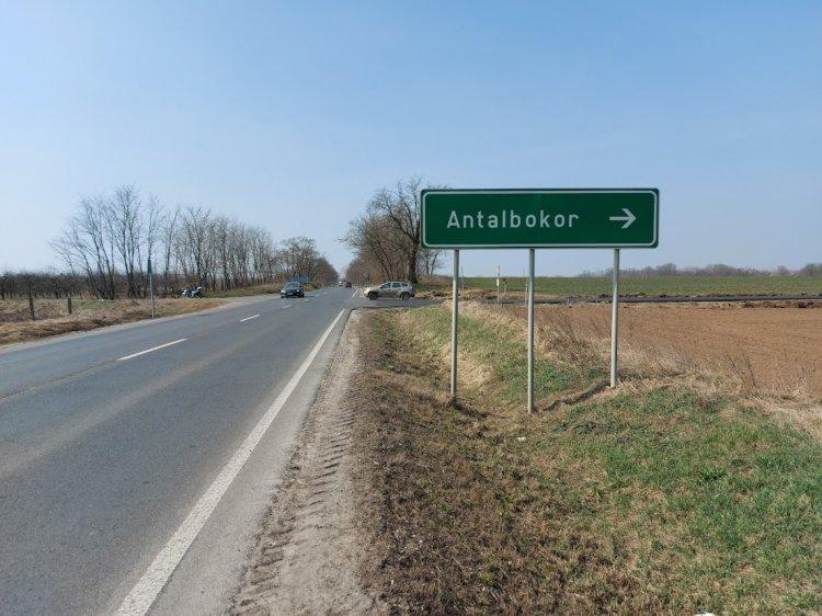 Antalbokornál közműfedeleket helyeznek szintbe a Magyar Közút szakemberei