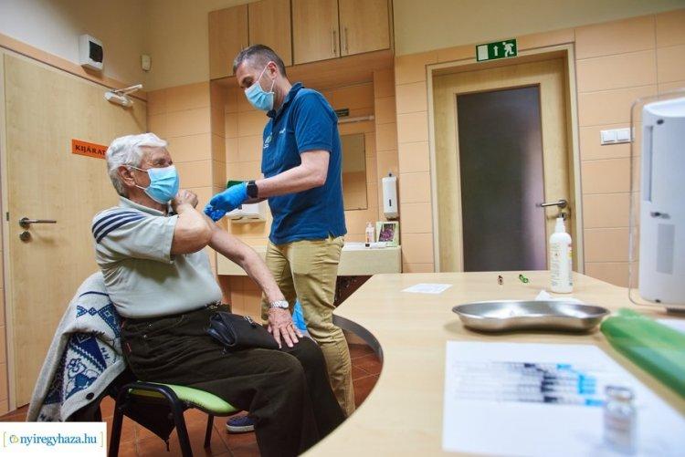 Folyamatos az oltás Nyíregyházán – Naponta több száz ember kap vakcinát a kórházban