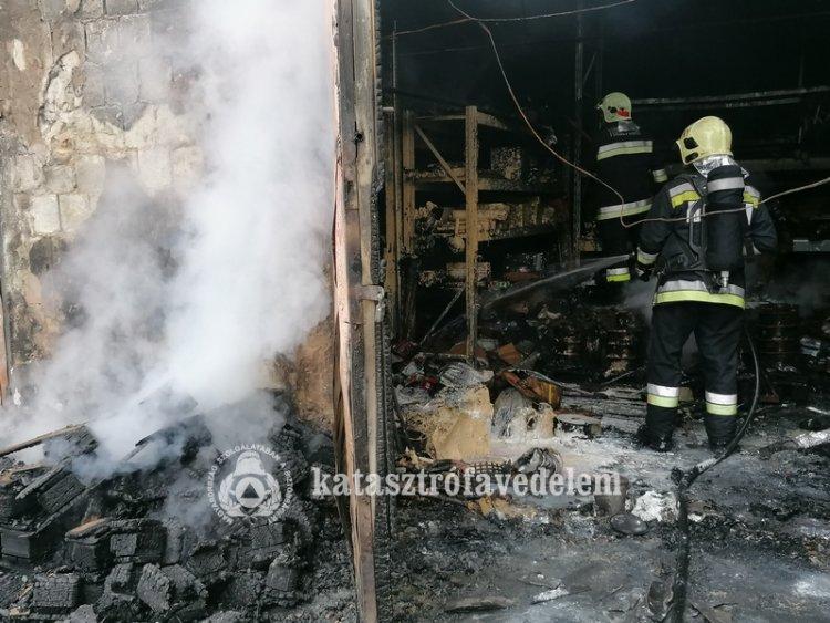 Tűz keletkezett egy nyírtelki műszaki bolt raktárépületénél hétfő délután