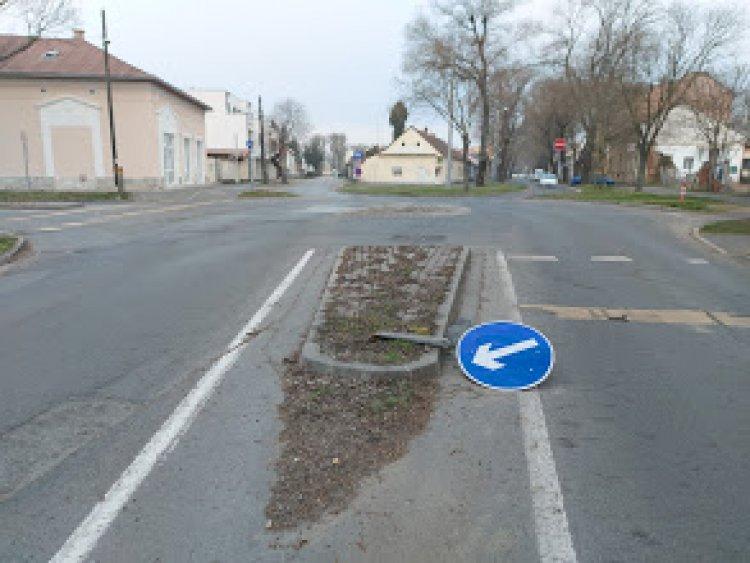 KRESZ-táblát ütöttek ki a Szent István utcán, napközben megtörtént a helyreállítás