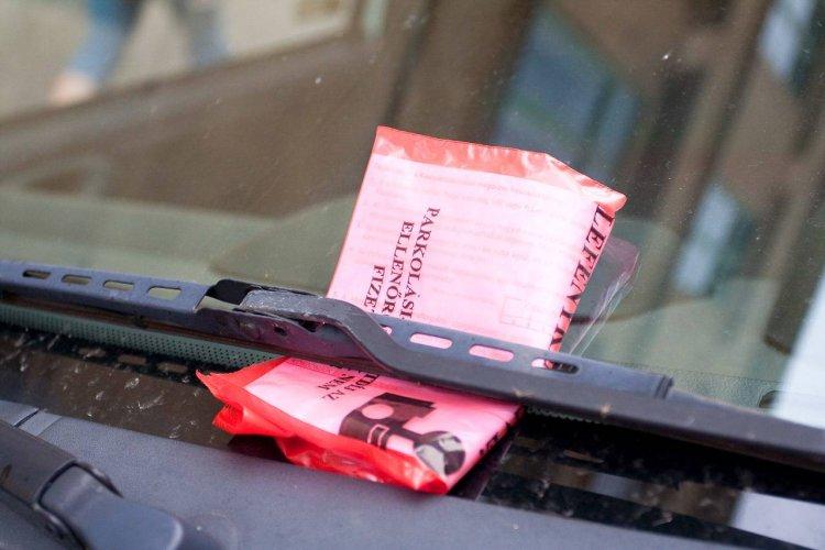 Büntetik az autósokat – Több tízezer forintos bírságra számíthatnak a tilosban parkolók