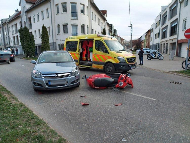 Elütöttek egy robogóst a Sarkantyú utcánál, kórházba szállították
