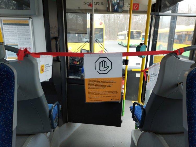 Autóbuszon utazók figyelem: kizárólag a hátsó ajtókon lehet felszállni a buszokra