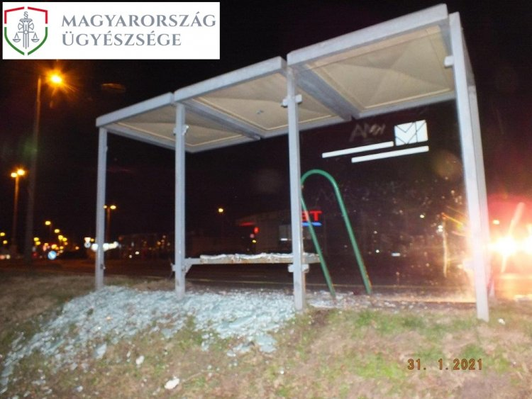 Vádemelés a buszmegállót megrongáló férfi ellen