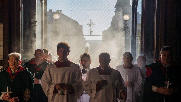 Gyertyafénynél kezdődik a nagyszombati liturgia, amin életről és halálról elmélkednek
