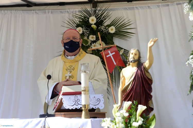 Húsvét vasárnapi szentmise a plébánia udvarán Nyíregyházán! Galéria!