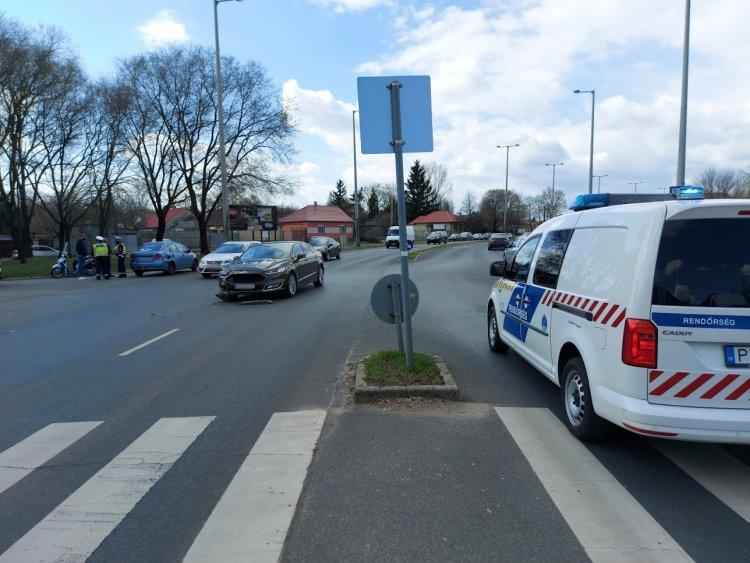 Két személyautó ütközött a Kert utcánál