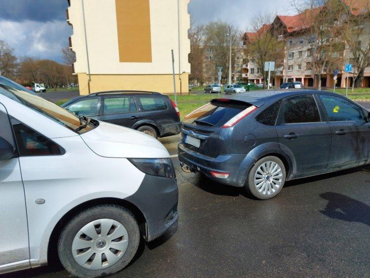 Ráfutásos baleset történt a Semmelweis utcán, személyi sérülés nem történt