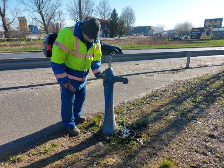 Az ivóvíz-rendszerű közkutak karbantartását végzik a Nyírségvíz szakemberei Nyíregyházán
