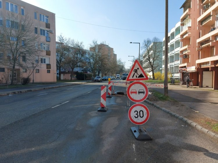 Forgalomkorlátozás a Vasvári Pál utcán – Szintbe helyeznek egy megsérült közműfedelet