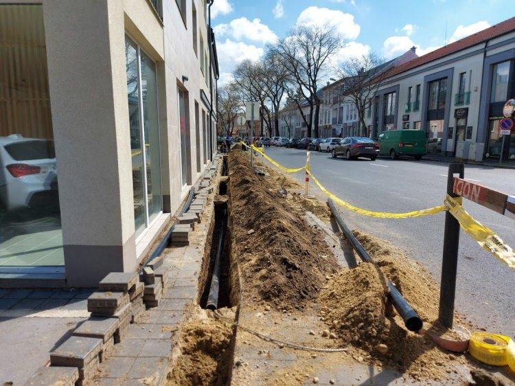 Erősáramú kábelt fektetnek a Bocskai utca páros oldalán