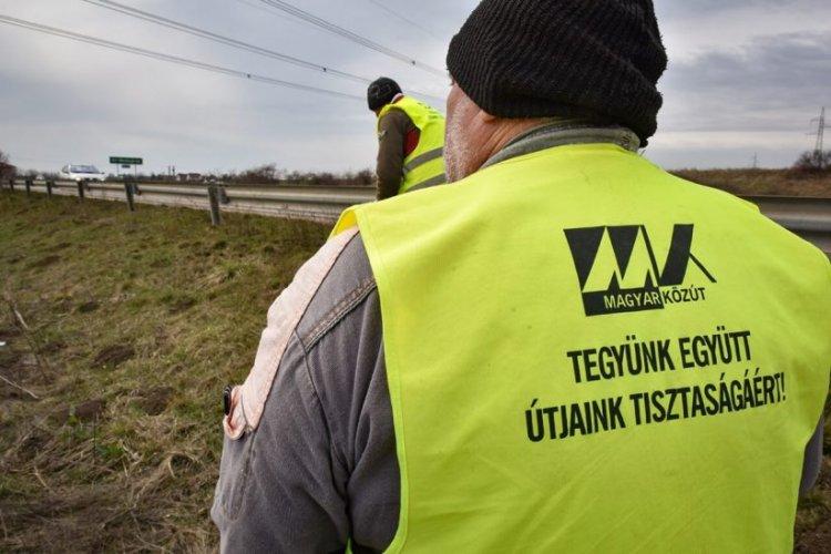 Az utak menti illegális szemét felszámolására fókuszál a héten a Magyar Közút