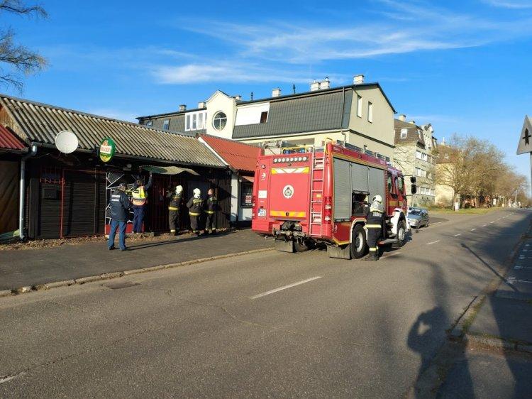 Balesetveszélyes tetőszerkezethez riasztották a tűzoltókat az Eperjes utcára
