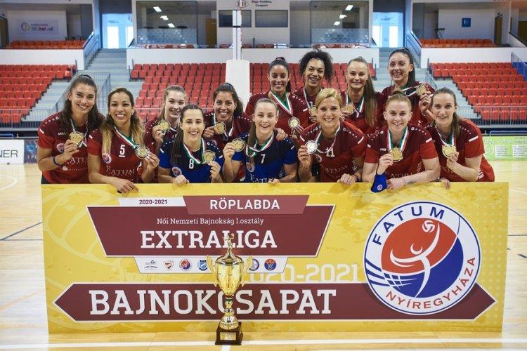 Aranyérmes röplabdások - A Fatum Nyíregyháza játékosai átvehették a bajnoki serleget