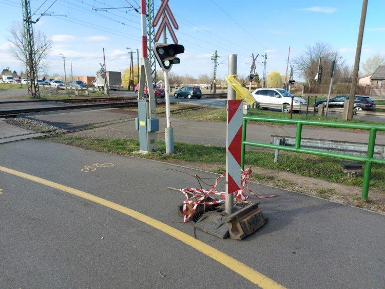 Beszakadt egy közműfedél a Rákóczi utcán, fokozott figyelemmel közlekedjenek!