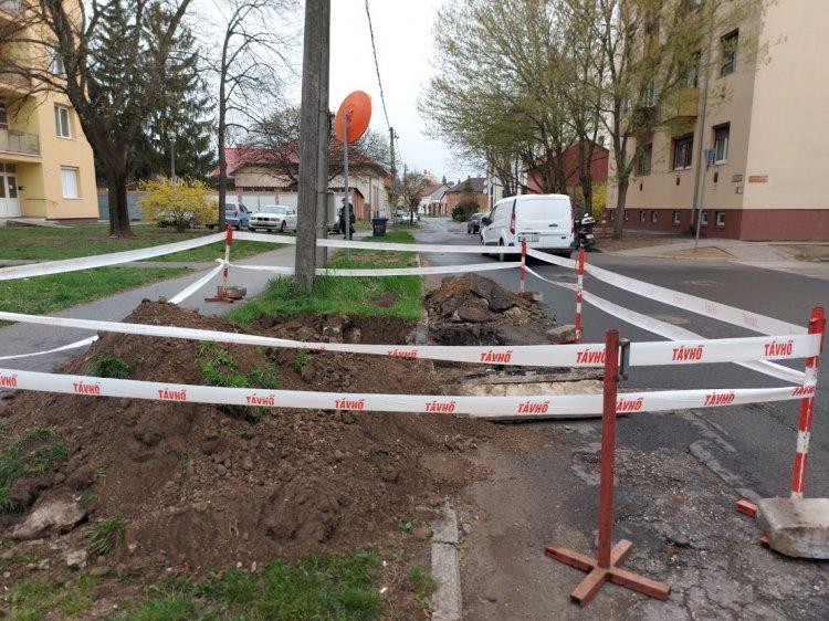Forgalomkorlátozás: meghibásodott távhővezetéket javítanak a Népkert és az Árpád utcánál