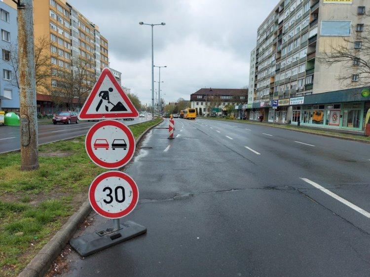 Közműfedél szintbehelyezési munkálatait végzik a Ferenc körúton a balra kanyarodó sávban