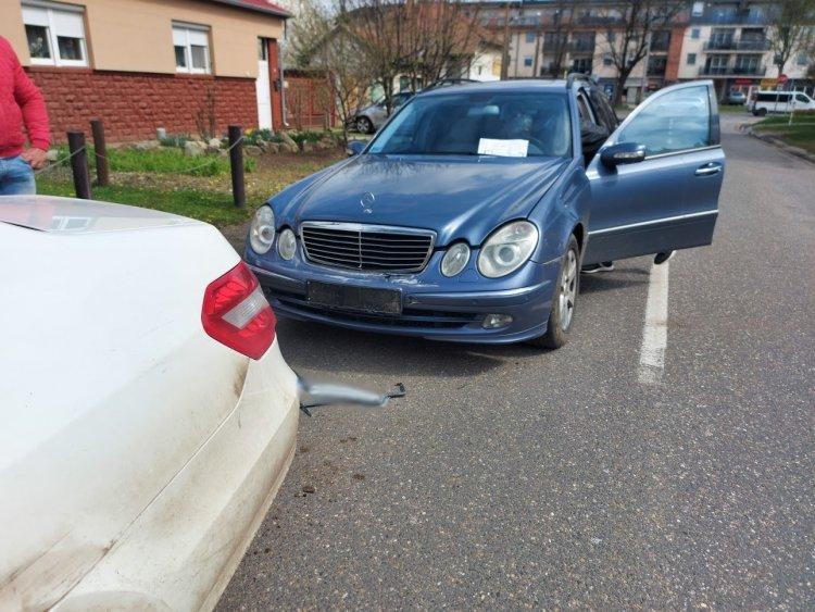 Ráfutásos baleset történt a Zimony utcán, személyi sérülés nem történt