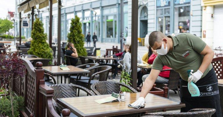 Nyitnak a teraszok – Munkabéremeléssel csábítanák vissza a vendéglátásban dolgozókat