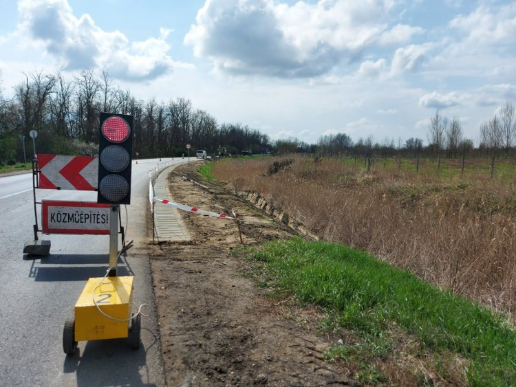 Folytatódik a Kállói úton a rázópadka kiépítése, jelzőlámpa irányítja a forgalmat
