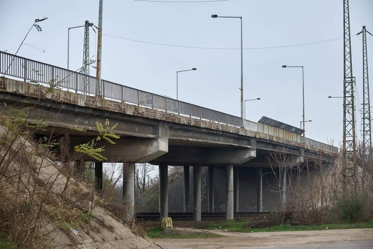 Felújítják a Tiszavasvári úti felüljárót – A szakemberek már dolgoznak a híd alatt