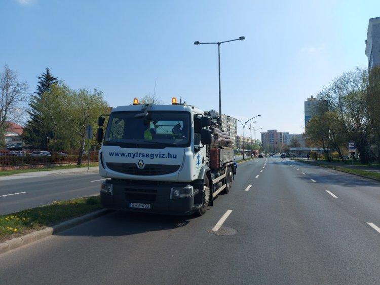 Csatornamosási munkálatokat végez a Nyírségvíz az Erdő soron, forgalomkorlátozás mellett