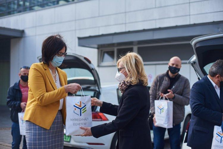 Ajándék a kórház dolgozóinak – Az oltópontokra vitt csomagot a Nyíregyházi Egyetem