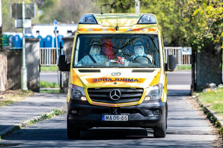 Hamburger után sütiadományt is kaptak a mentők