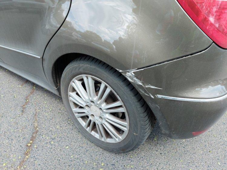 Egy ismeretlen jármű nekiment egy parkoló autónak az Epreskert utcán