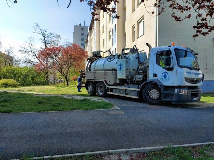 A város több pontján is szennyvízvezetékek mosását végzi a Nyírségvíz