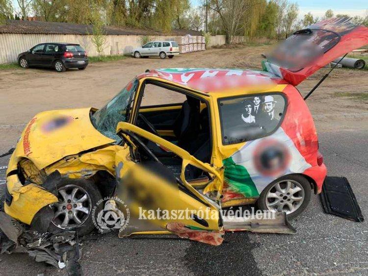 Frontális ütközés a Sóstóhegyi úton: az egyik sofőrt a tűzoltók szabadították ki